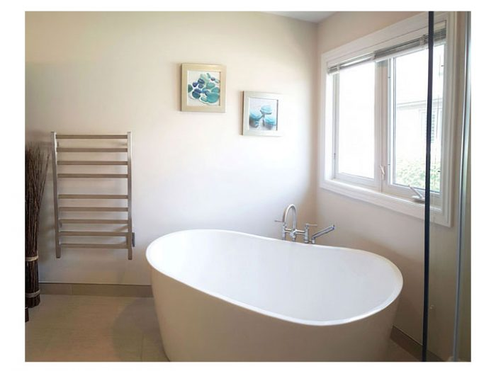 Oval freestanding tub