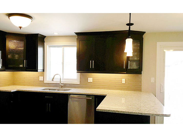 Kitchen peninsula with quartz countertops