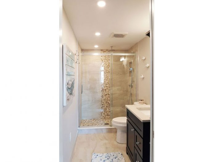 Alcove shower with porcelain tile surround