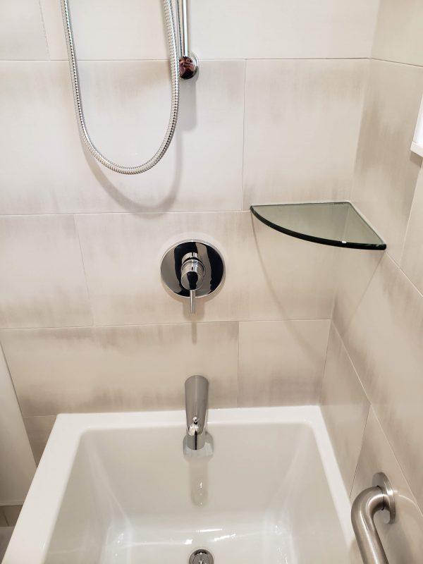 Alcove bathtub with glass corner shevles